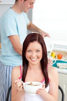 カメラで笑顔で喜んで朝食を食べる幸せなカップル
