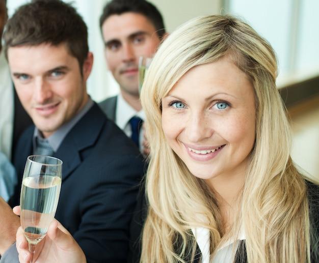 シャンパンで成功を収めたビジネスマン