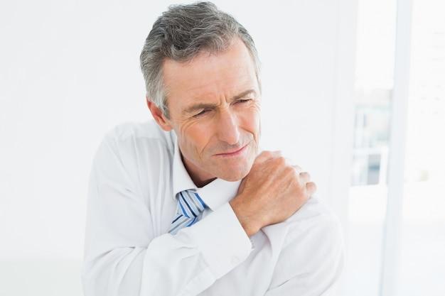 肩の痛みに苦しんで成熟した男の拡大