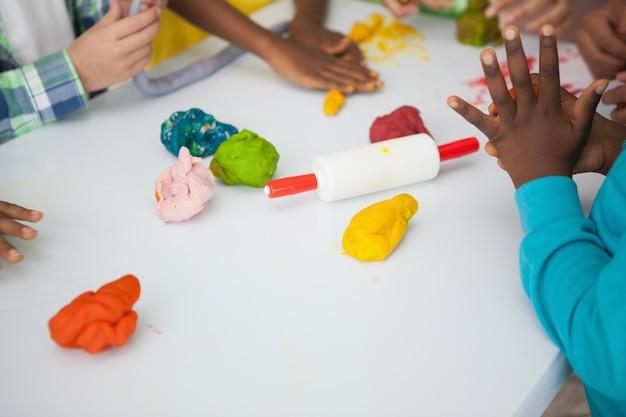 子供たちは芸術と工芸をしています