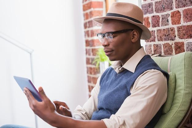 デジタルタブレットを使用して集中した男