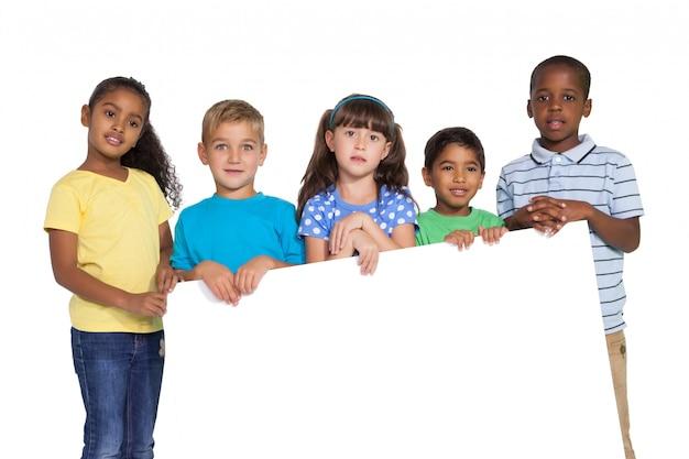 かわいい子供たちが白いカードをカメラに見せる