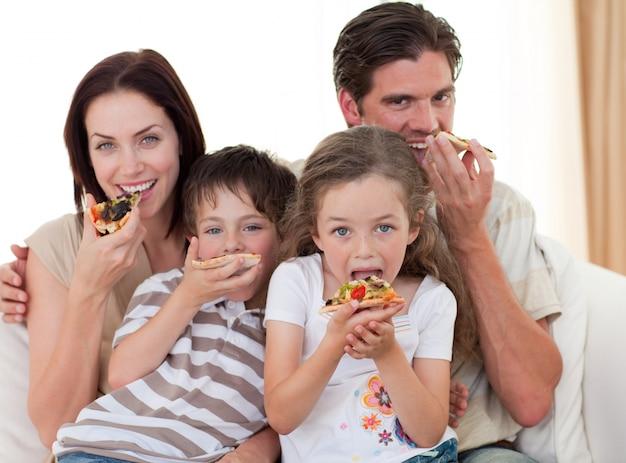 ピザを食べる幸せな家族