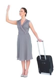 豪華な女性が彼女のスーツケースをタクシーで運ぶ