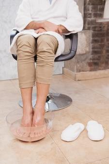 Клиент впитывает ноги в салон