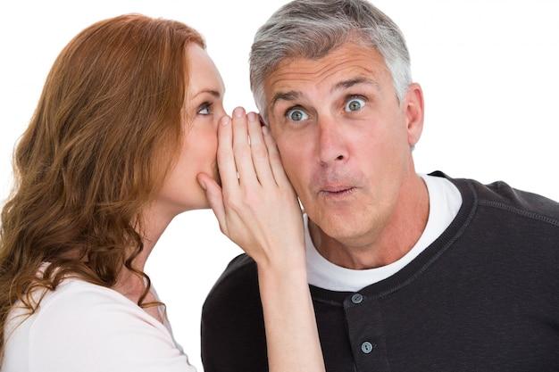 彼女のパートナーに秘密を伝える女性