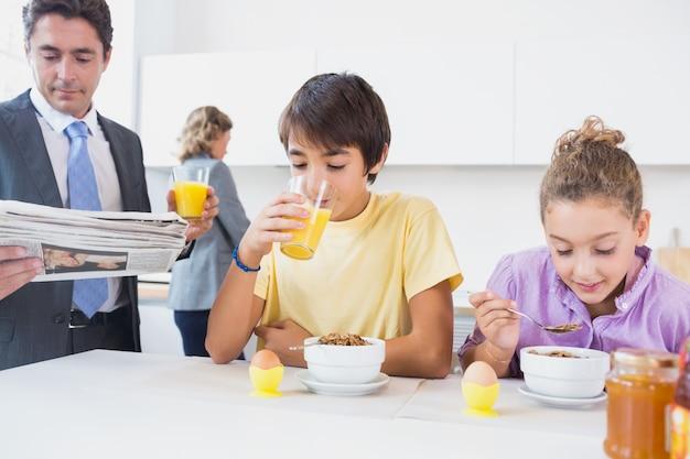 朝食時にかわいい家族