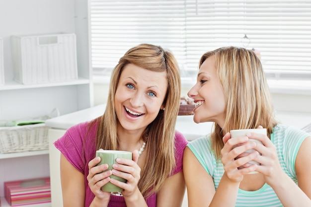 Положительные друзья-женщины, проведение чашку кофе у себя дома
