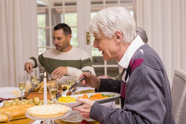 Семья с рождественским ужином вместе