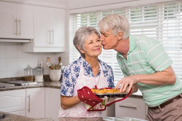マフィンを取っている間、彼の妻にキスを与えている上司