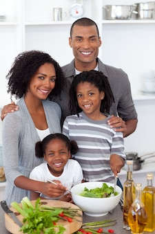 サラダを一緒に準備している民族家族