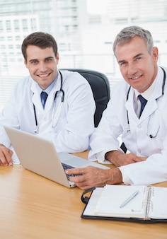 医者、一緒に働く、ポーズを取る、ラップトップ
