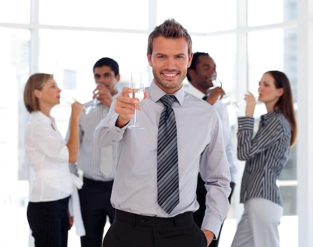 シャンパンを飲むハッピービジネスチーム