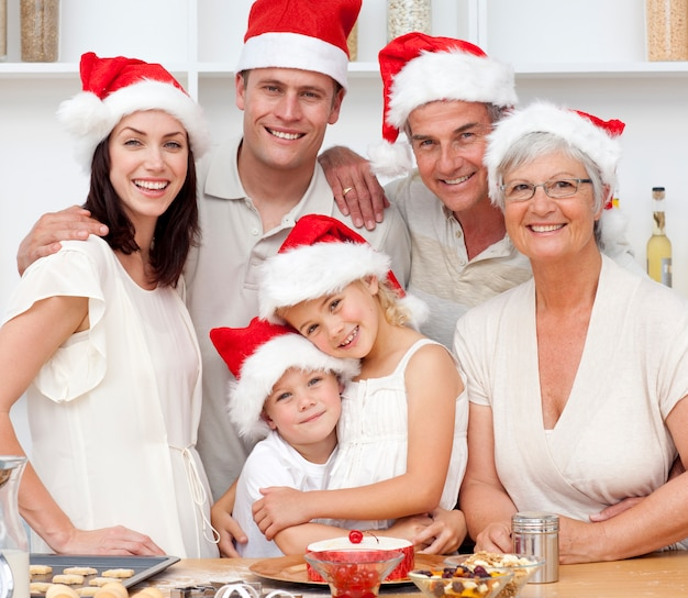 クリスマスケーキを焼く笑顔の家族