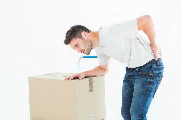 Человек доставки с картонной коробкой, страдающей от боли в спине
