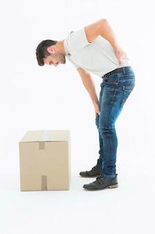 Боковой вид человека, страдающего от боли в спине