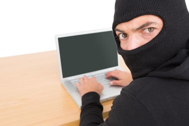 アイデンティティを盗むためにラップトップを使用するハッカー