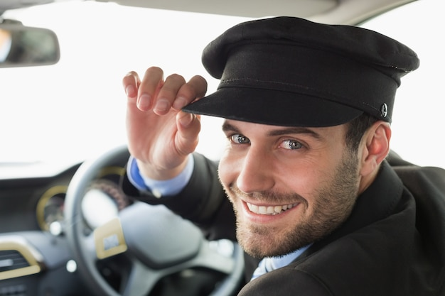 カメラで笑顔のハンサムな運転手