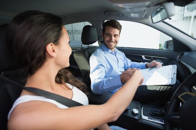 ドライブのレッスンを受けている若い女性
