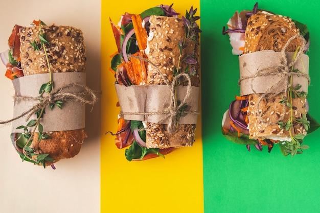 Бутерброды с ветчиной, творогом, овощами и зеленью