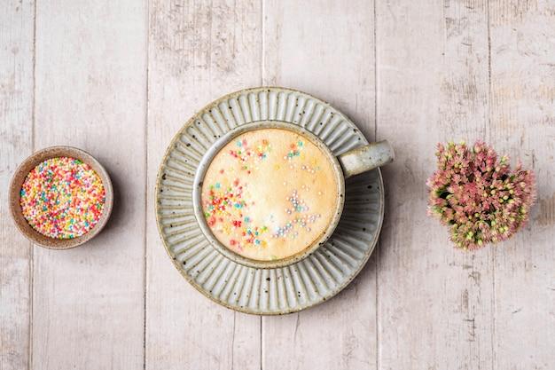 Капучино, кофе, цветы и брызгает