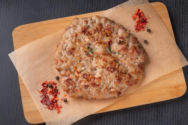 木の板にハンバーガーの肉パテ。