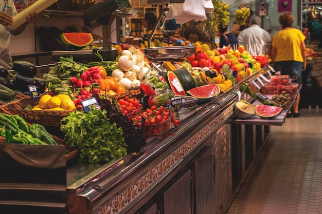 市場のカウンターの果物と野菜