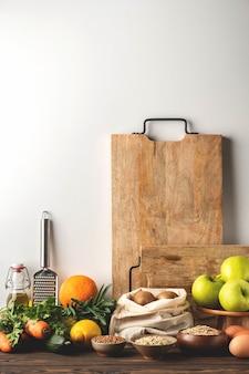 食品の背景、野菜、果物、穀物、キッチン、健康的な食材の木製のテーブル。コピースペース。