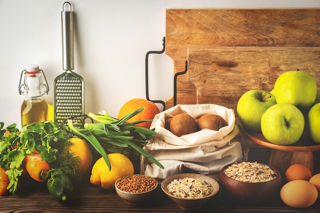 食品の背景、野菜、果物、穀物、キッチン、健康的な食材の木製のテーブル。