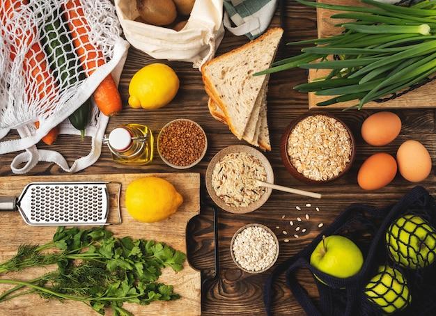 食品の背景、野菜、果物、穀物、木製の健康的な食材。上面図。