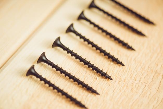 木のネジと釘