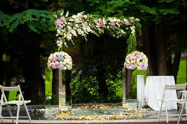 式の前に美しい結婚式のアーチ