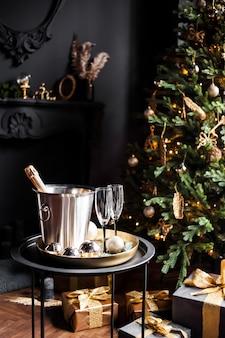 Шампанское в охлаждающем ведре с бокалами