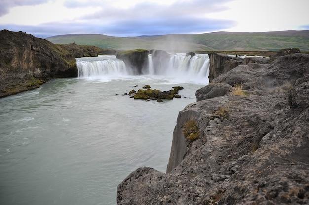 アイスランドの典型的な風景。きらめく氷山と溶ける氷からの強力な滝。