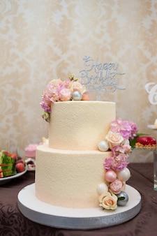 結婚式のおいしい装飾。キャンディーバー。甘いテーブル