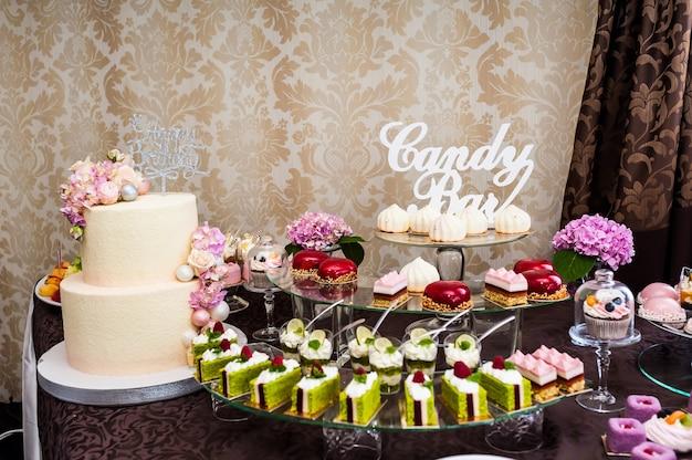 Свадьба или день рождения вкусные украшения. конфета, шоколадный батончик. сладкий стол