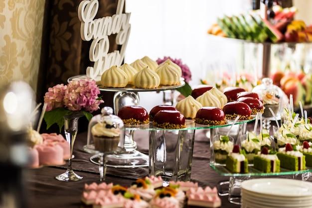 結婚式や誕生日のおいしい装飾。キャンディーバー。甘いテーブル