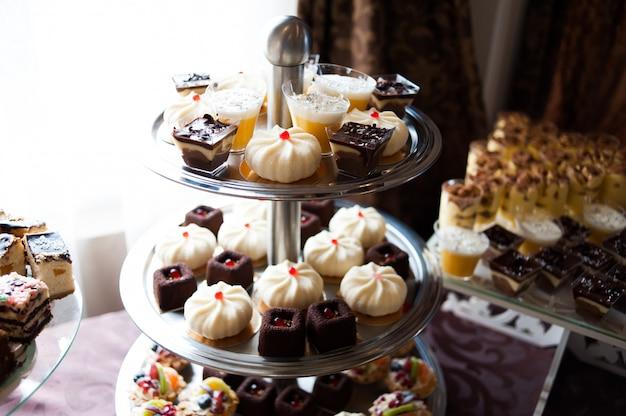 結婚式での甘いテーブル。装飾トレンド。