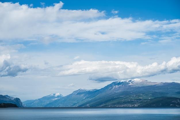 山の周りのガルダ高山湖