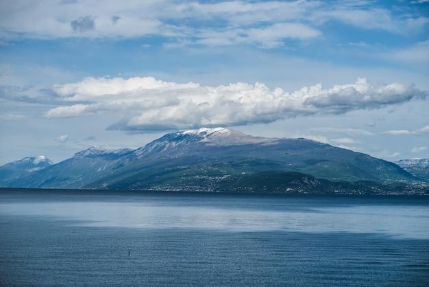 Гарда альпийское озеро вокруг горы