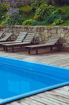 マウンテンリゾートでリラックスできる小さなプール