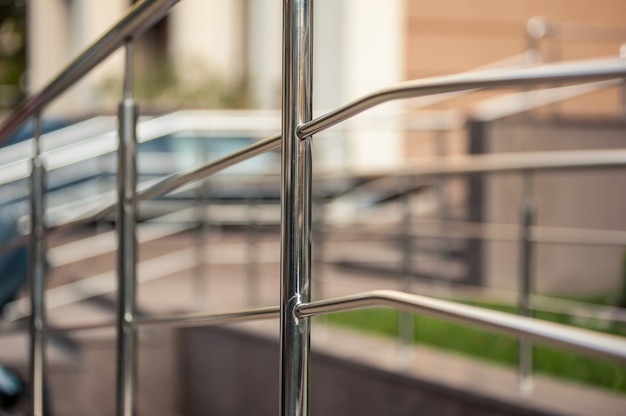 ステンレス鋼の金属の手すり屋外の近代的な建物