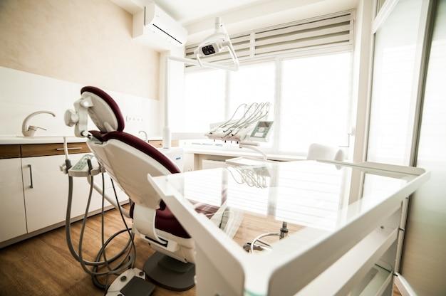 ツールを備えた歯科医室