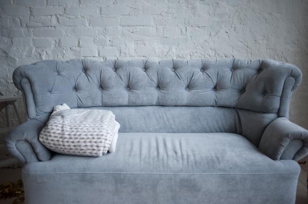 明るいインテリアの快適なソファ