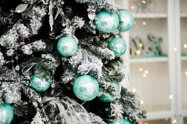 休日の装飾されたクリスマスツリー