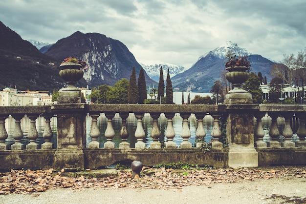 湖のあるアルプスのイタリアの都市