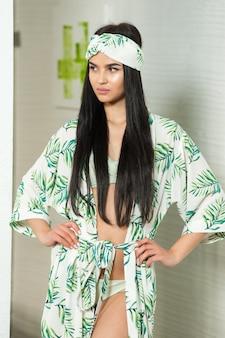 ファッショナブルなビーチチュニックの美しい若い女性