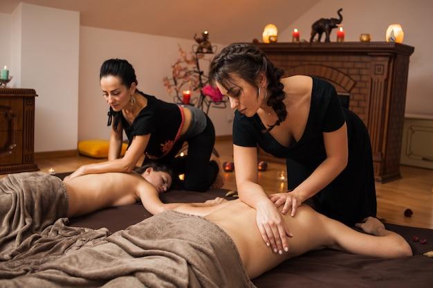 Ароматерапевтический массаж - это массажная терапия с использованием массажного масла или лосьона, содержащего эфирные масла.