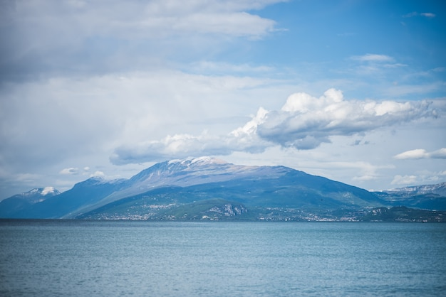 イタリアアルプスの山湖ビュー