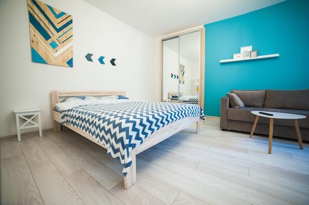 ミニマルなスタイルの明るいベッドルーム